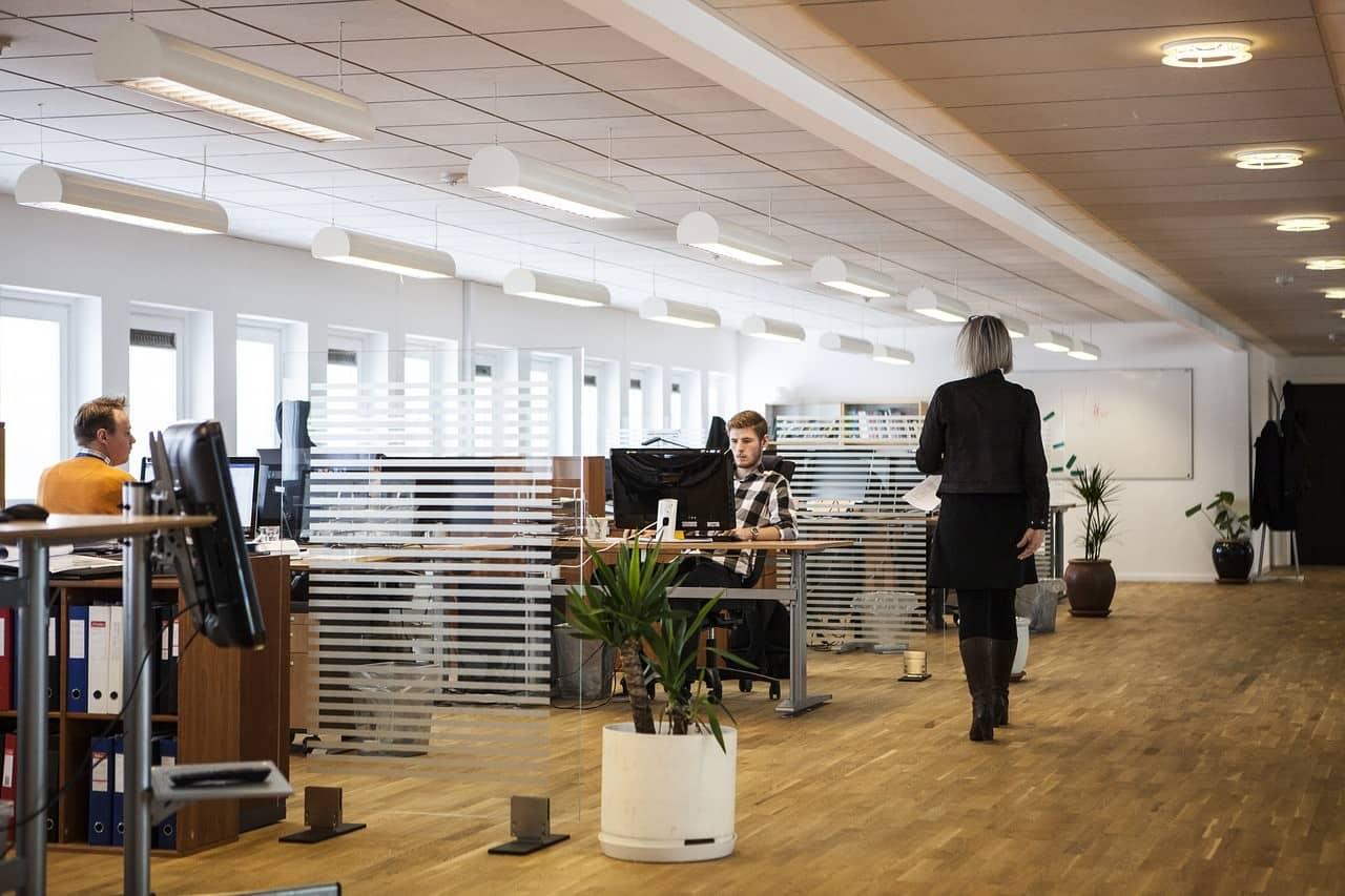 HR Harus Bekerja Sama dengan 4 Divisi Ini Saat Proses Implementasi Software HR