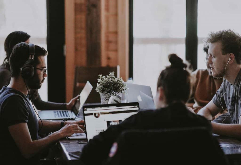 Perbedaan dan Keuntungan Menerapkan Karyawan Part Time, Magang, dan Freelance