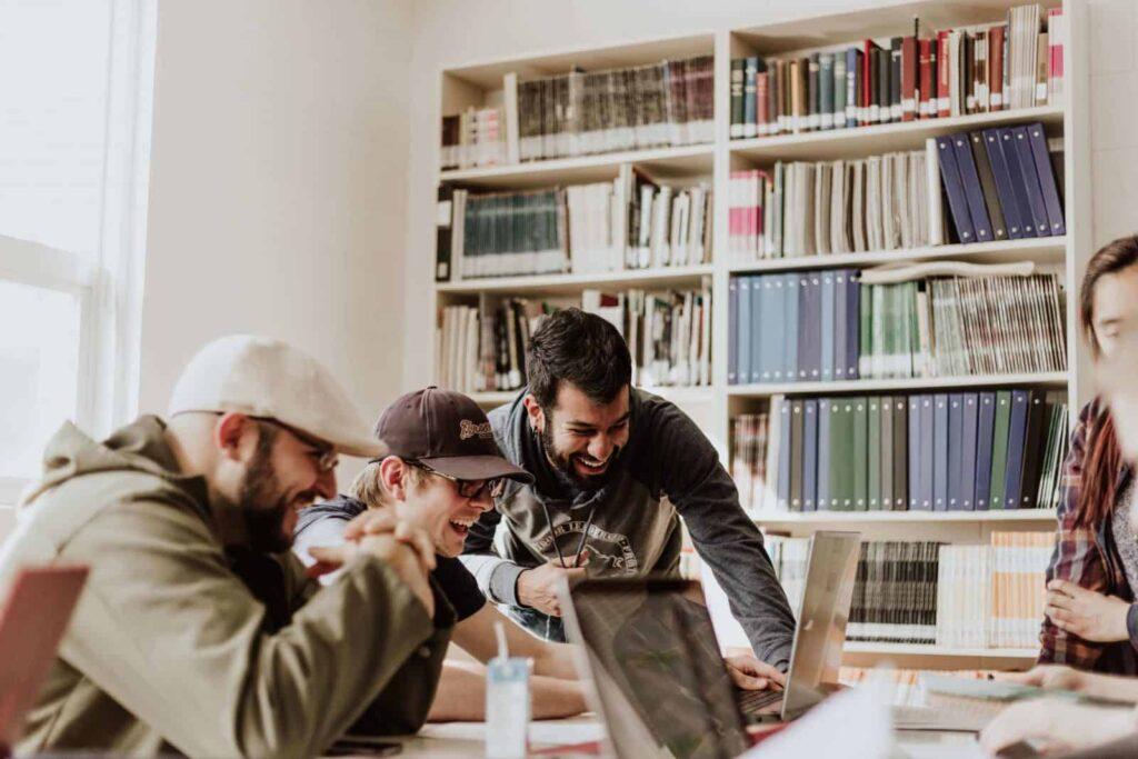 Karyawan bahagia, cara membuat karyawan betah, cara meningkatkan produktivitas, mengelola karyawan, HRD, software hrd, software payroll,