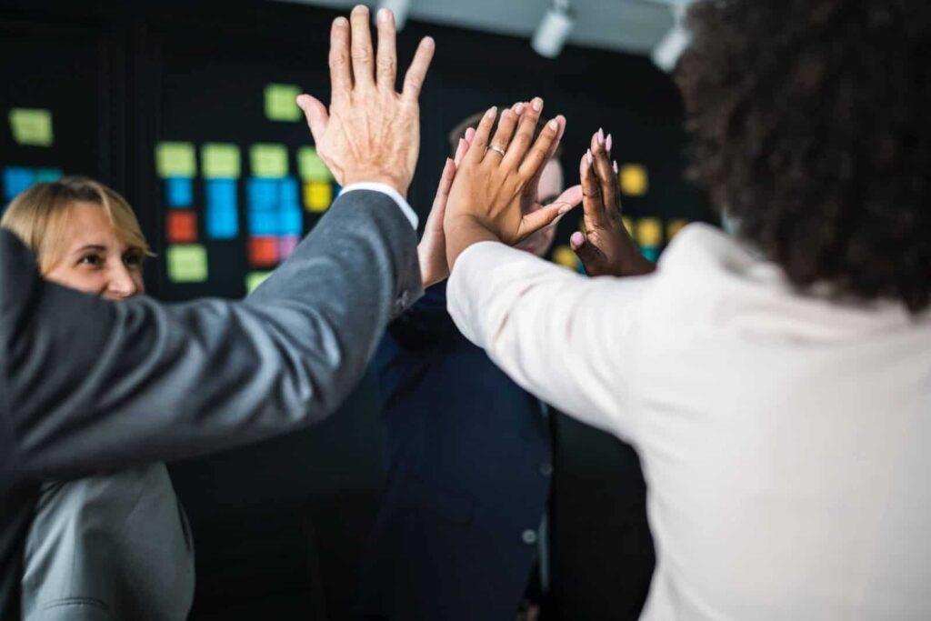 HRD, cara mengembangkan perusahaan, cara mengatur karyawan, menjadi HRD yang baik, peran HRD, karyawan, HR, SDM, human resources