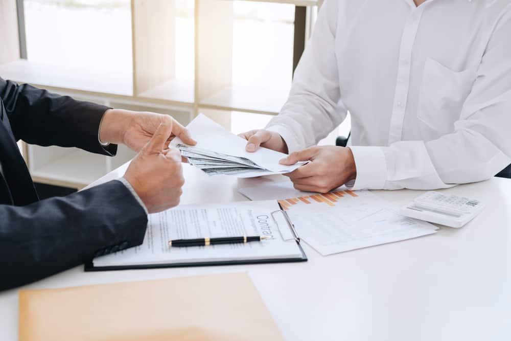 Ingin Memberikan Pinjaman Karyawan? Ketahui Aturan & Manfaatnya!
