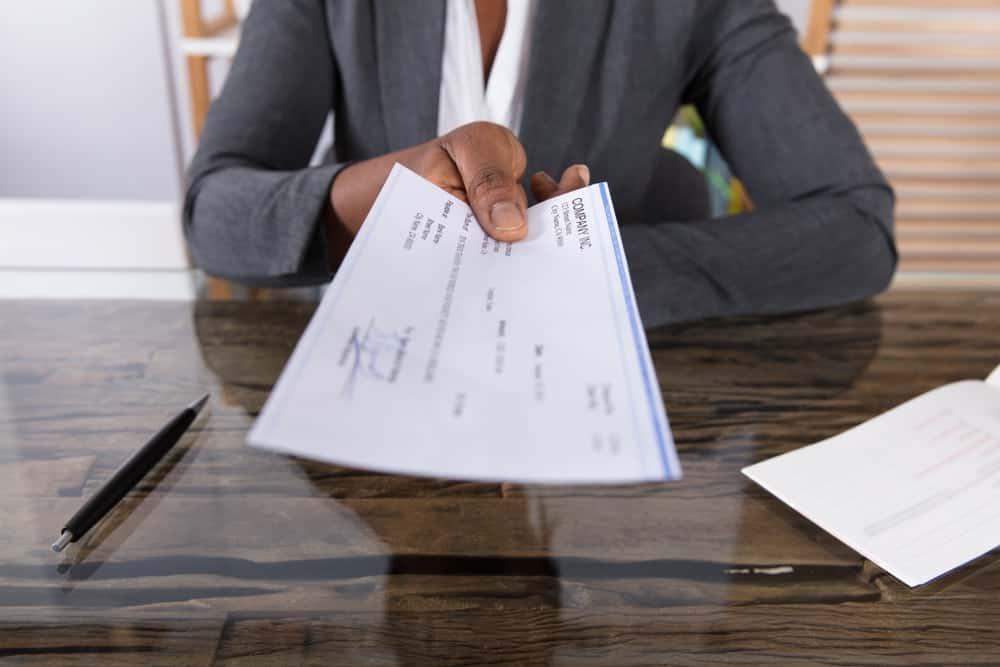 Ingin Memberikan Kenaikan Gaji Karyawan? Simak 4 Pertimbangannya!